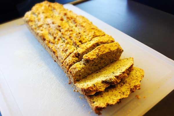 Paleo Brot mit frischen Kräutern