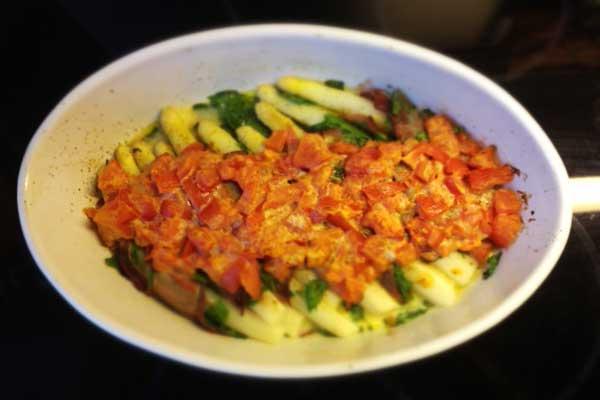 Spargelauflauf mit Tomaten und Spinat