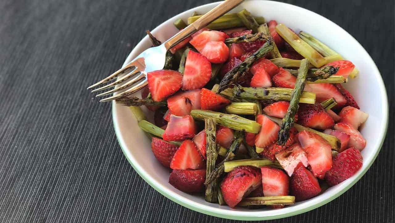 Fruchtige Erdbeeren und knackiger Spargel: eine Traum Kombination von Spargelsalat