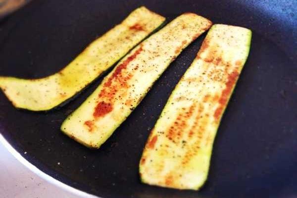 Zucchini in der Pfanne