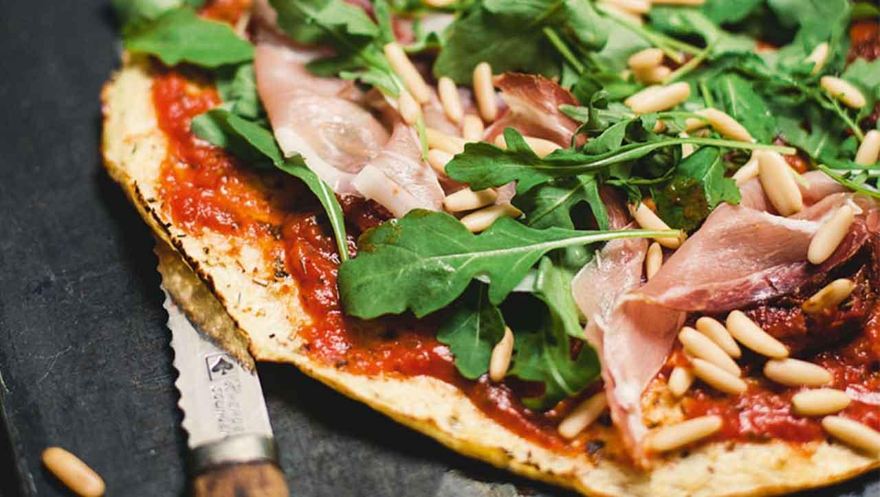 Eine Pizza aus Blumenkohlboden, juhu! Belege deine glutenfreie Pizza nach Fantasie und Laune