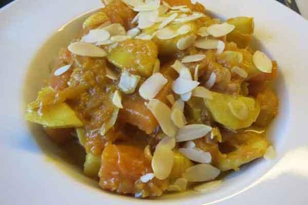 Muskatkürbis Curry mit Apfel, Banane und Mandeln
