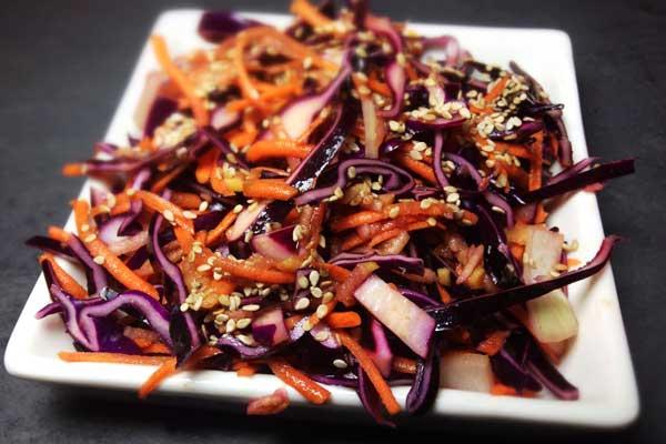 Coleslaw: Mit Rotkohl, Karotte und Apfel