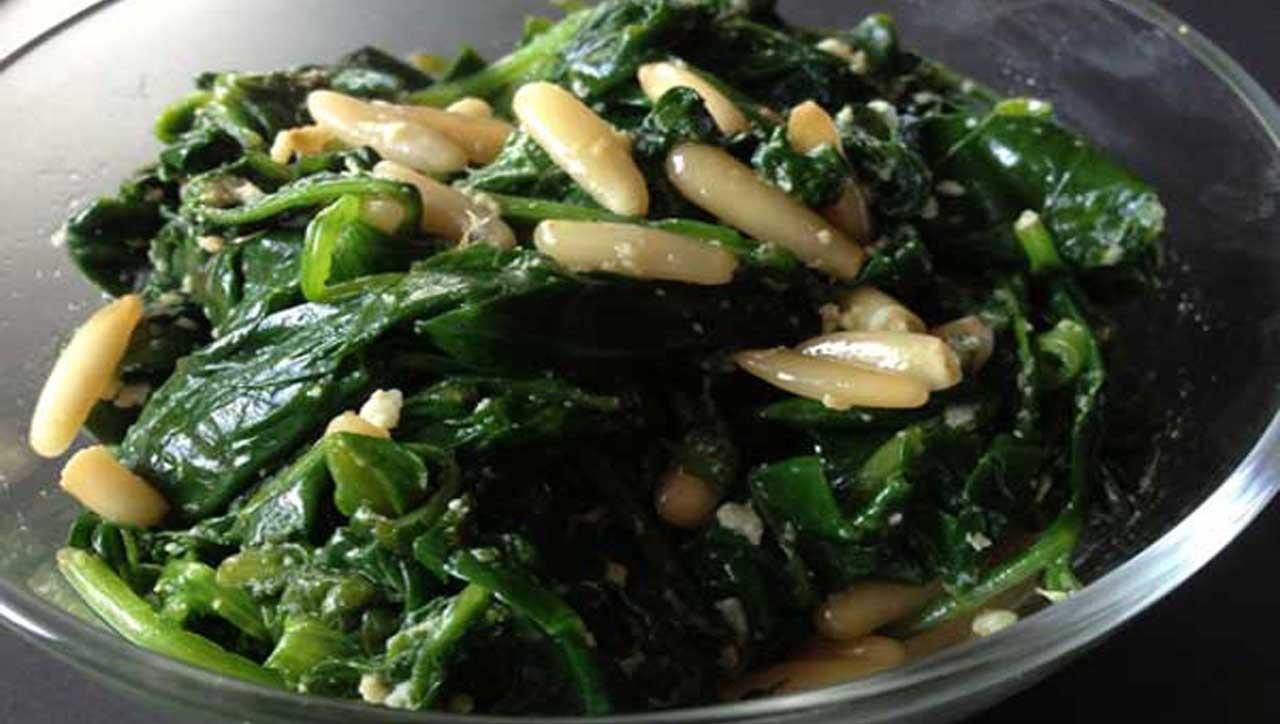 Spinat mit Pinienenkernen