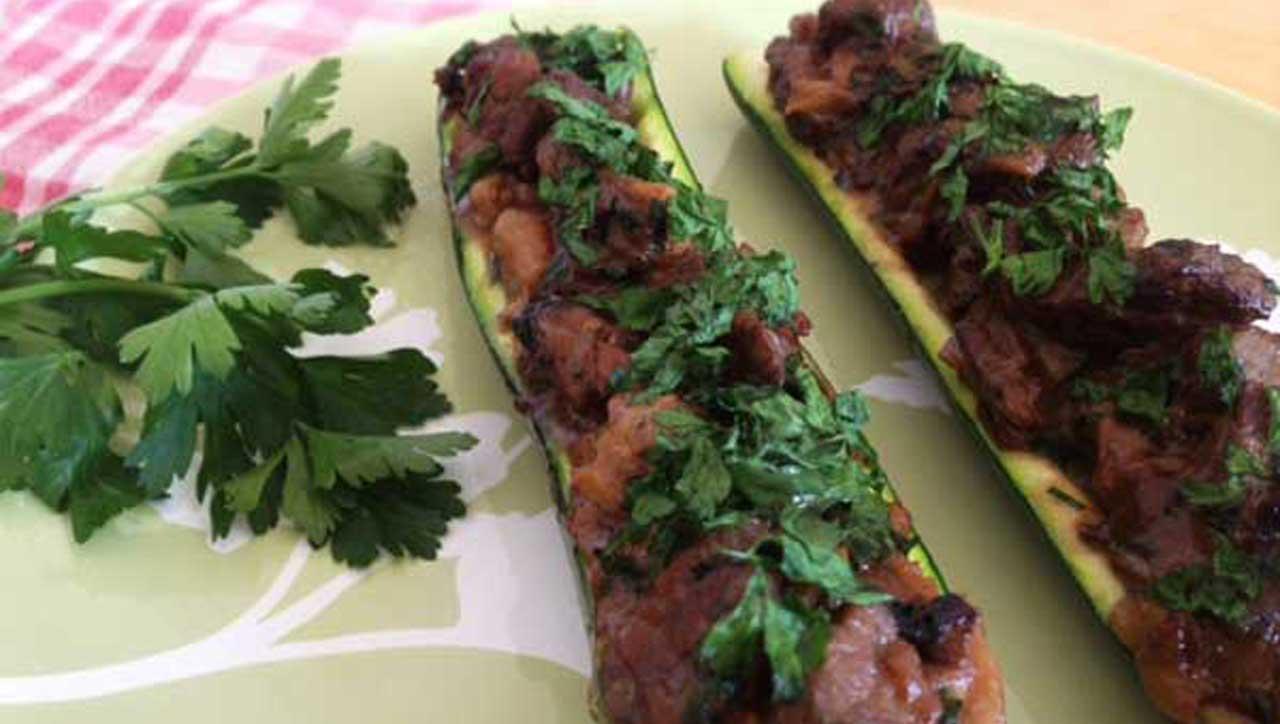 Zucchini Boote mit Koriander-Kokos-Rind