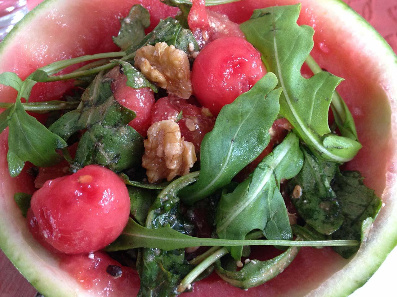 Rucola Salat mit Wassermelone und Walnüssen
