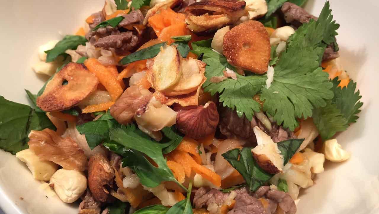 Rindfleischsalat mit Kohlrabi und Nüssen