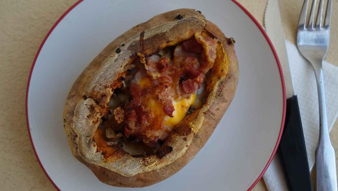 Ofenkartoffel mit Eiern und Speck