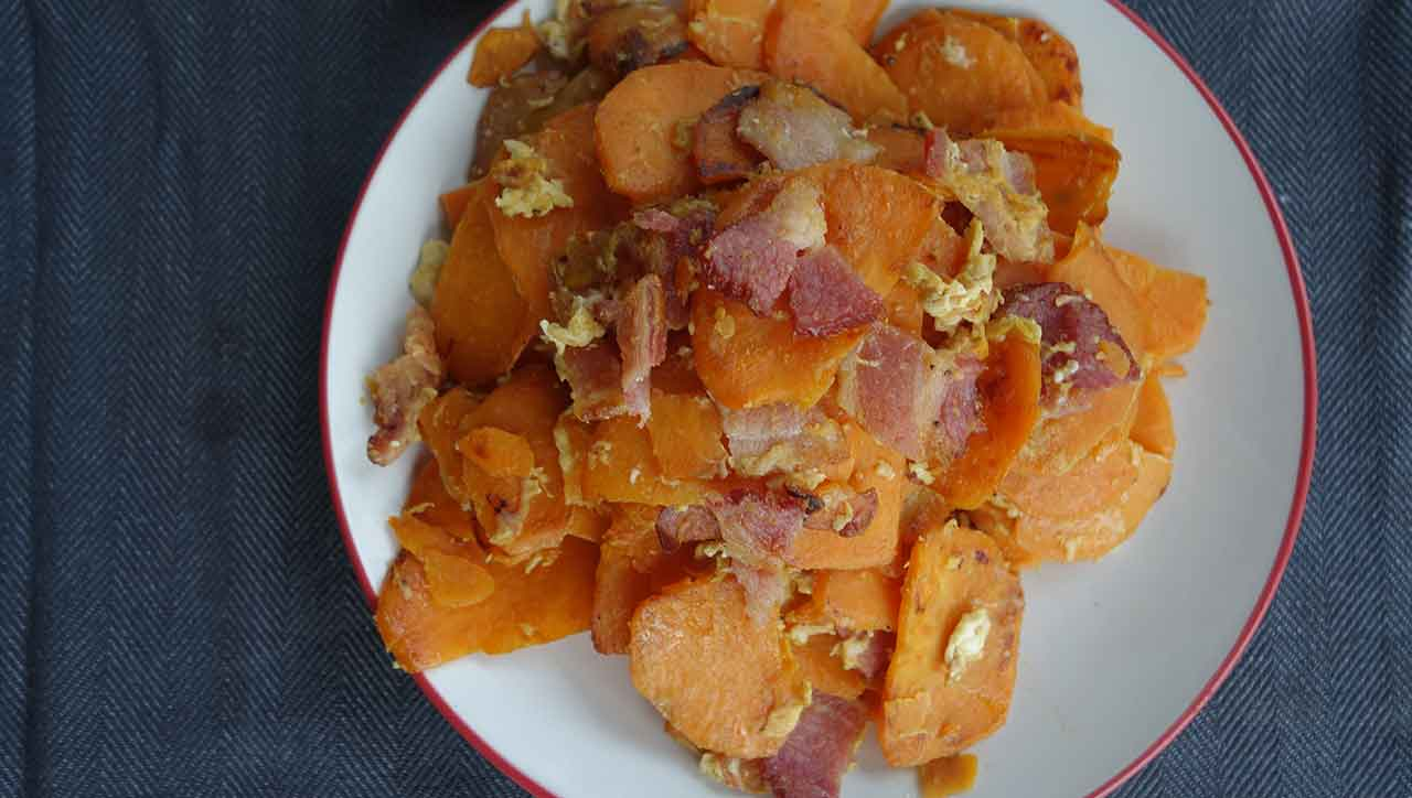 Familientradition mal etwas anders: Bratkartoffeln aus Süßkartoffeln mit Speck und Ei.