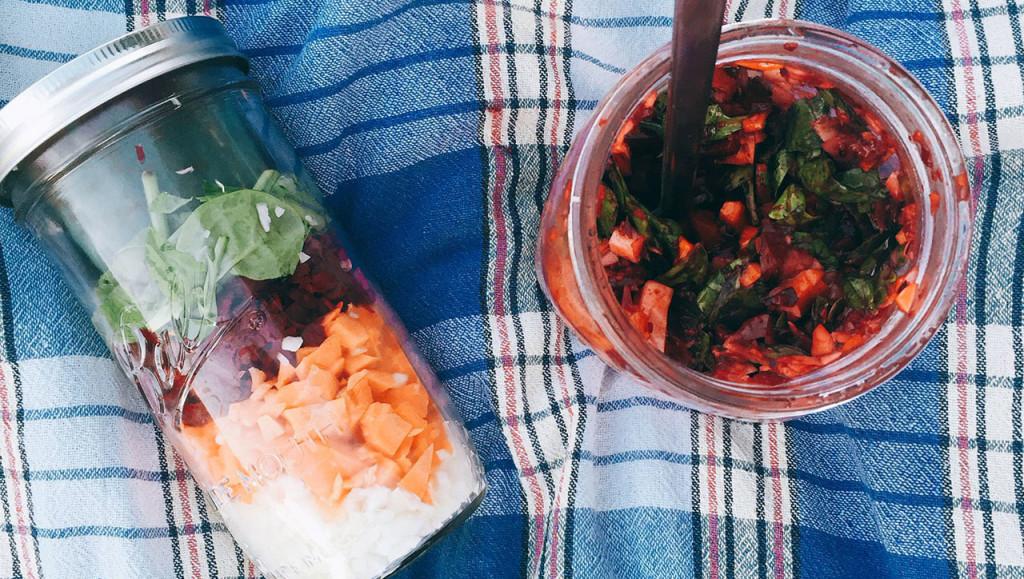 Salat im Glas mit Beerensauce