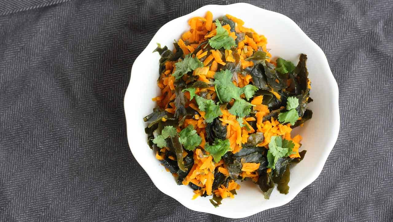 Karotten, Algen und frische Kräuter - fertig ist der Power Wakame Salat