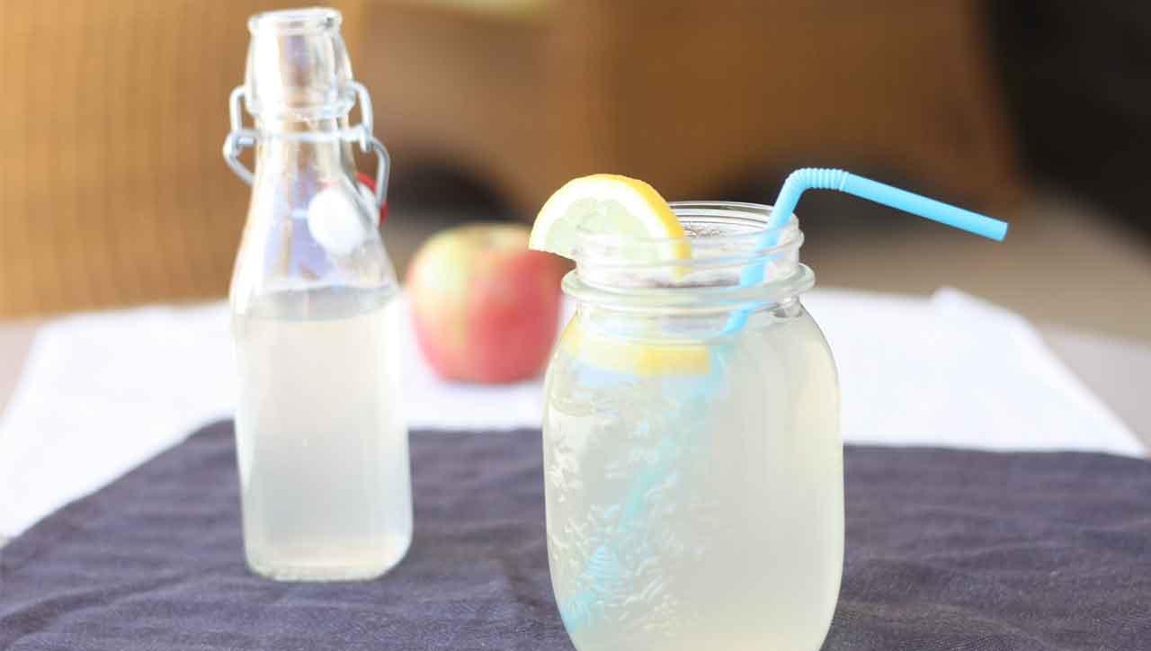 Wasser, Apfelessig, Zitrone und etwas Honig - fertig ist die Limonade