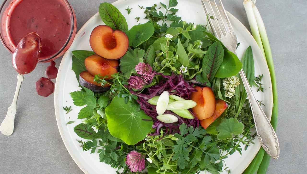 Der Wildkräutersalat holt dir die Natur auf den Teller.