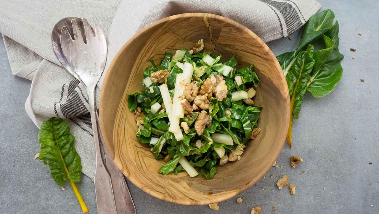 Abwechslung bei den Salaten gefällig? Dann probiere den crunchy Mangold Salat.
