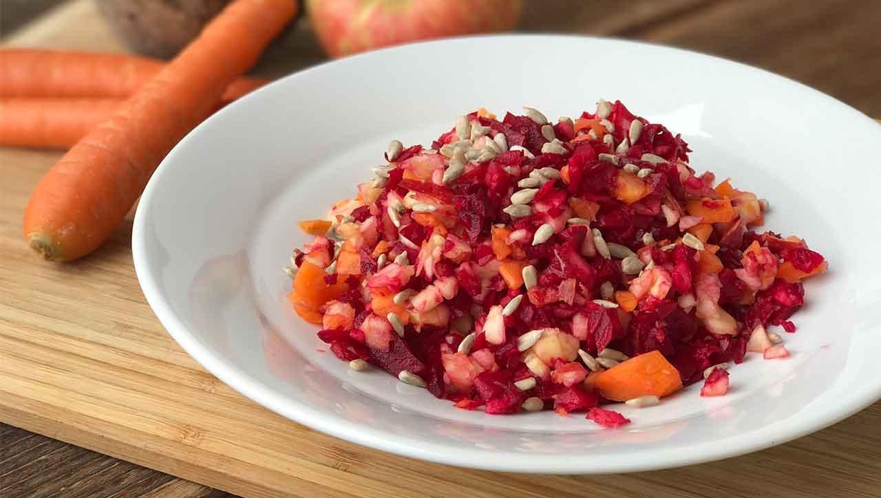 Rote Bete, Apfel und Karotte: fertig ist der Rohkost Salat