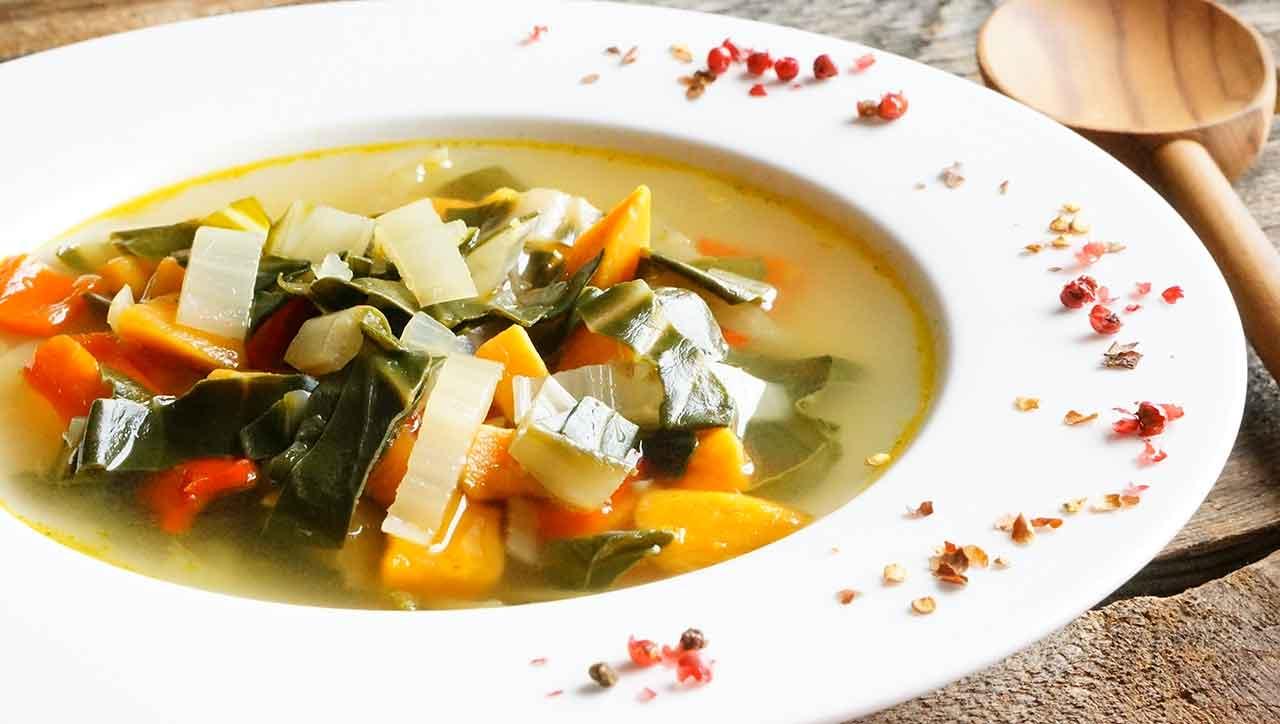 Hol dir die volle Gemüsepower mit der Mangoldsuppe