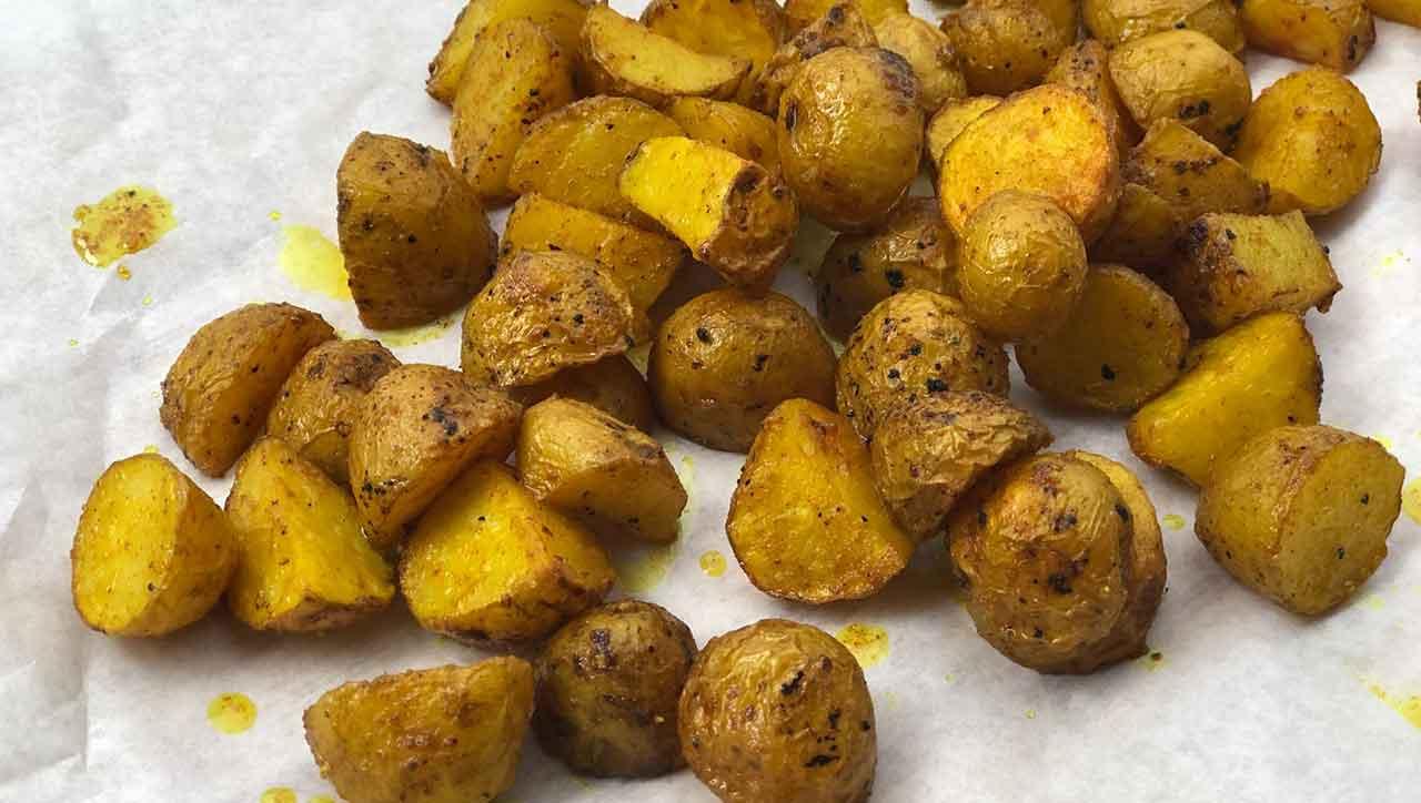 Knusprig und schön golden, das sind die Kurkuma Kartoffeln