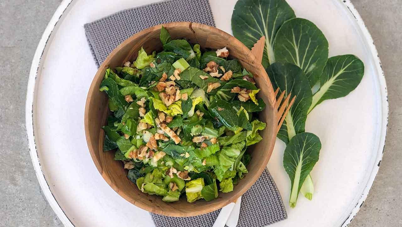 Pak Choi Salat mit Nüssen: sommerlich knackig
