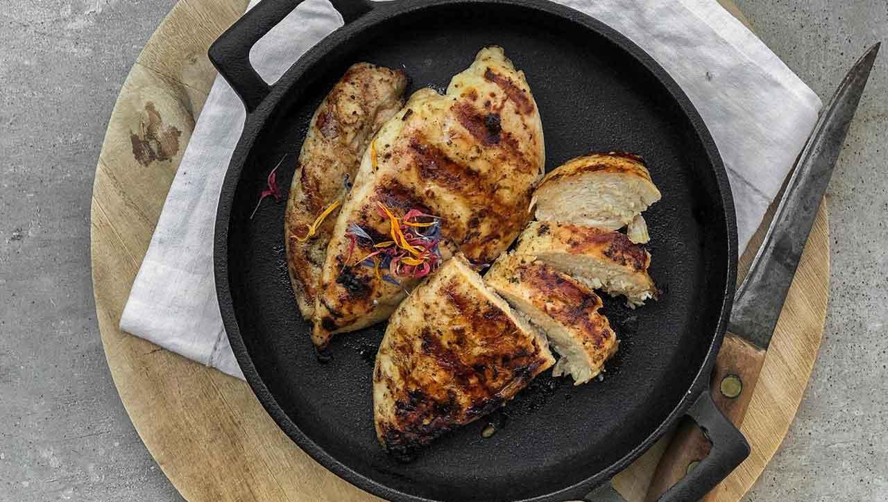 Der Sommer ist da und wird von uns mit marinierter Hähnchenbrust vom Grill begrüßt.